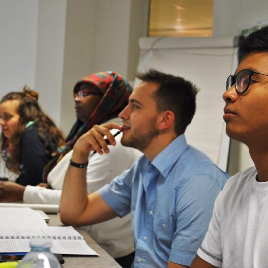 Во Франции молодёжь участвует в групповой сессии по изучению и обсуждению материалов семинара