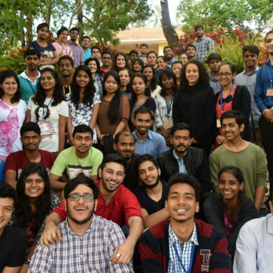 Группа участников в одном из трёх мест, где семинары проводятся в Индии.