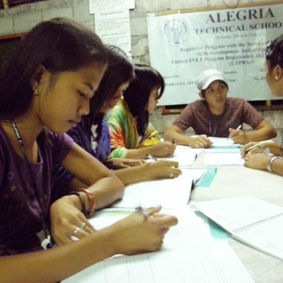 Небольшая группа молодёжи на Филиппинах изучает и обсуждает материалы семинара.