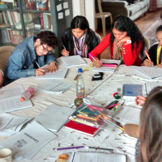 Участники из Колумбии разбились на небольшие группы для изучения и совместного обсуждения.