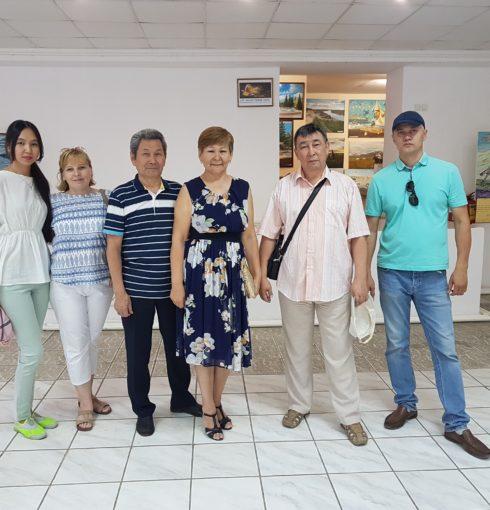 Суреттердің авторы көрме орталығының директорымен және Орал қаласының суретшілерімен бірге