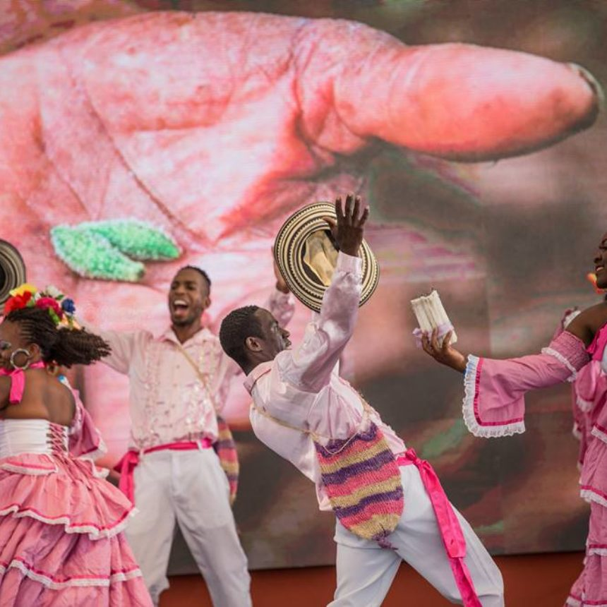 Бишілер «Ла Кумбиа дель Хардинеро» әніне би билеуде. Онда рухани білім беру үрдісін суреттеу үшін бағбан метафорасы пайдаланылады.