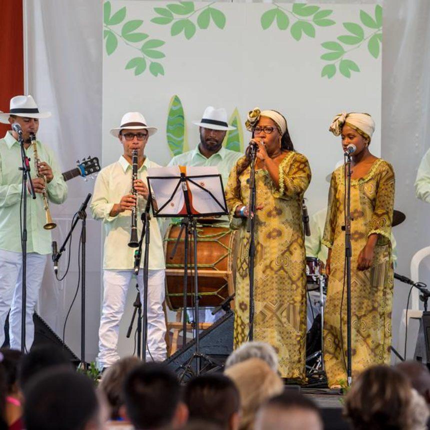 Музыкалық топ «Ла Кумбиа дель Хардинеро» әнін орындап жатыр.