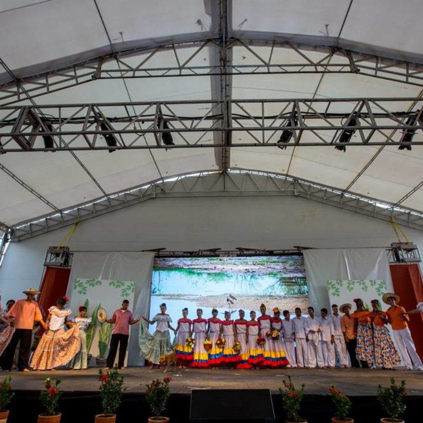 Көршілес Баһаи ілімінен шабыттанған мектептен келген студенттер тобы дәстүрлі колумбиялық билерді орындауда.
