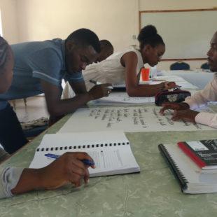 Замбиядағы университеттің студенттері ISGP бакалавриат семинарында жаттығуда жұмыс істейді.