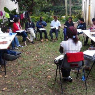 Кениядағы семинарда университет студенттері тобы кеңесу барысында